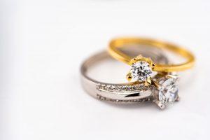 Demande en mariage avec une bague diamant